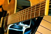 blaue Gitarre wartet auf den ersten Ton
