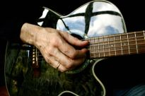 Der Himmel spiegelt sich in der Gitarre