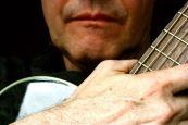 Gitarre und Hand und Mund