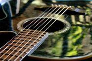 draußen im Spiegel der Gitarre